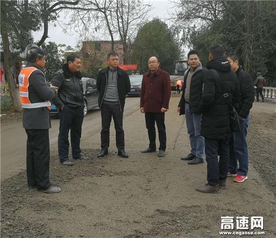 江西遂川县副县长罗敏强调研G356雩新线养护大中修工程建设