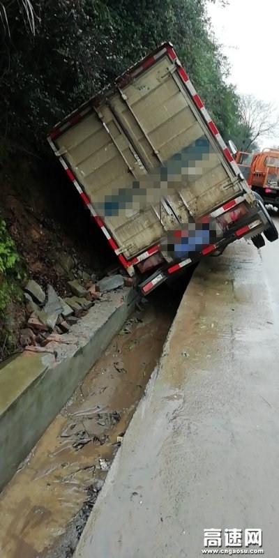 货车侧翻毁边沟,铁面执法人温暖助人