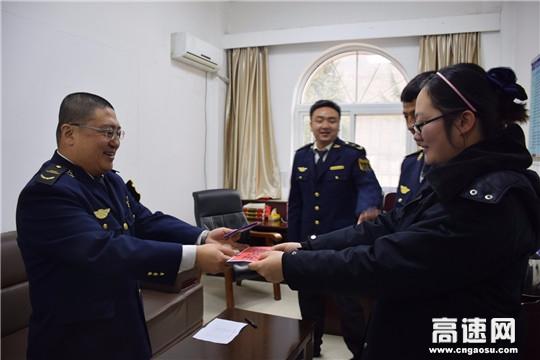 甘肃:宝天所工会到东岔主线收费站慰问困难职工活动