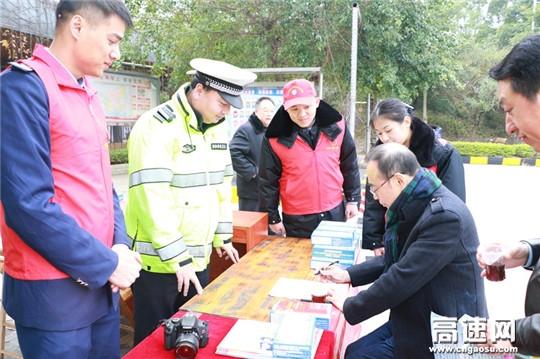 广西高速交警十三大队联合路、企部门开展春运文明交通宣传活动