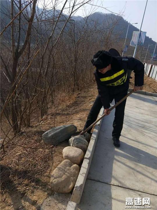 甘肃:宝天高速西口安检大队春节期间路域环境整治工作重实效