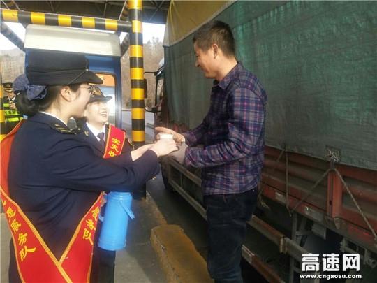 甘肃:宝天高速东岔主线收费站便民服务温暖司乘