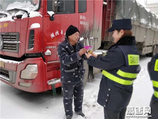 甘肃:庆城所驿马收费站全力以赴保畅通倾尽所能送温暖