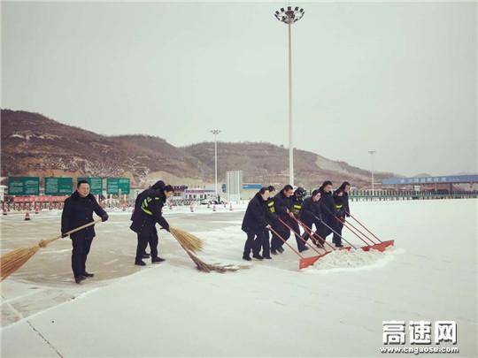 奋战一线除冰雪 确保道路畅通行