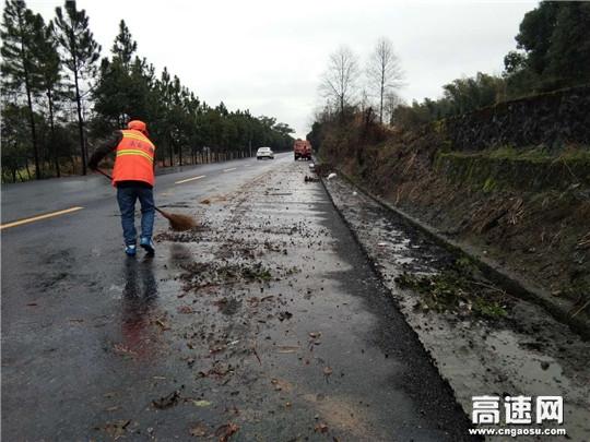 江西安福公路分局及时清理一处路面污染物