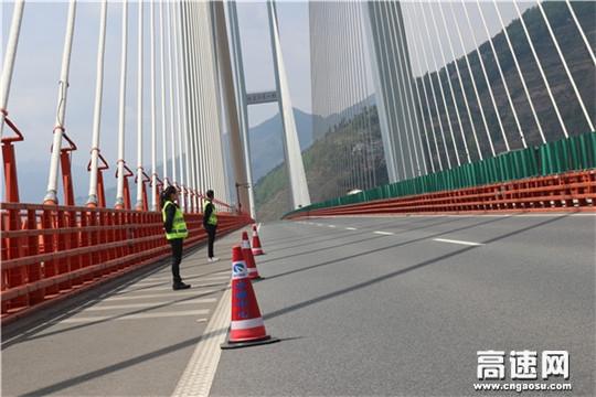 """假日最后一天:世界第一高桥上的""""守护者"""""""