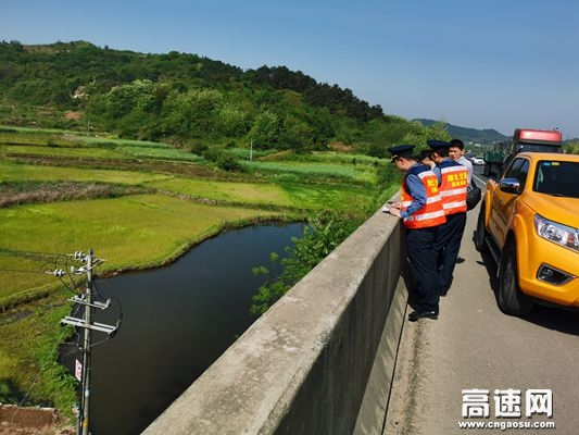 湖北高速路政武黄支队第八大队开展违法穿跨越线缆专项整治工作