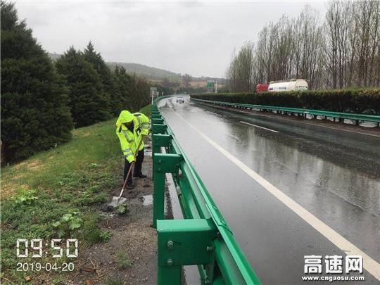 路警联合保障雨天出行安全