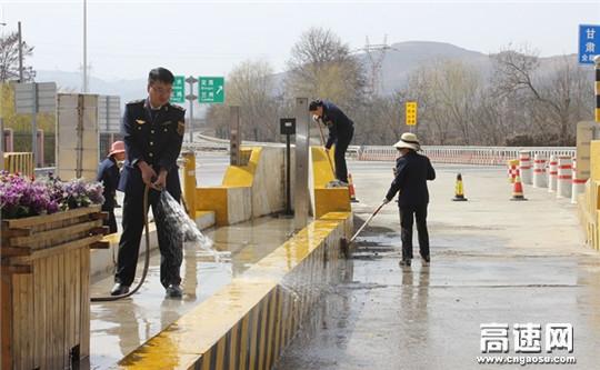"""甘肃甘谷收费所强化路域环境整治 提升收费站""""颜值"""""""