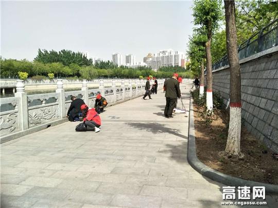 义务清扫运河沿线 共建美丽家园