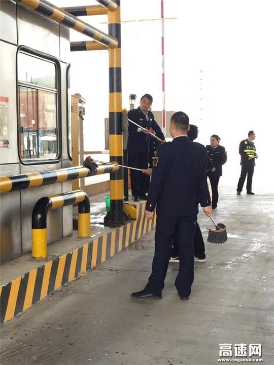 甘肃泾川高速罗汉洞收费站扎实开展路域环境整治活动