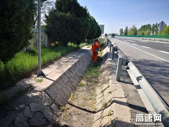 甘肃:武威清障救援大队持续开展路域环境整治工作