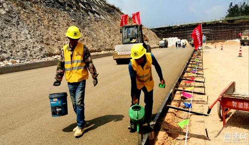 中国铁建大桥局石泸高速路面项目高质量完成水稳试验段摊铺