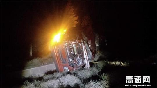甘肃武威清障救援大队快速处置一起货车冲下路基事故
