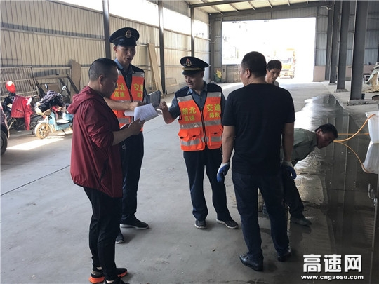 湖北高速路政汉十支队荆东大队警路联合重拳整治运载散落货物车辆