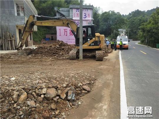 江西:遂川路政及时制止一起填埋公路边沟违法行为