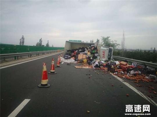 甘肃高速武威清障救援大队快速处置侧翻货车