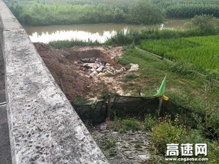 广西玉林高速管理处贵港路政执法二大队启动风暴行动迅速处理一起乱掘乱埋动物尸体事件