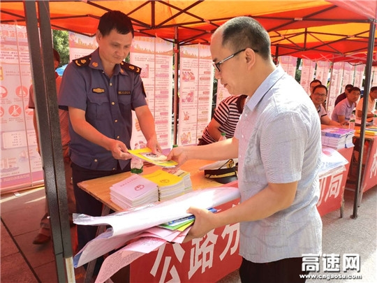 """江西:安福公路分局积极开展""""安全生产月""""宣传咨询日活动"""
