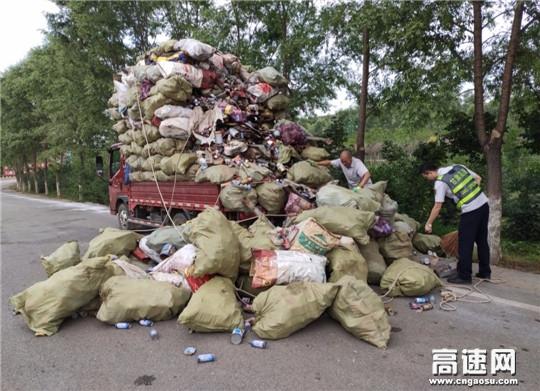 甘肃:泾川所白水站热心帮助司机捡拾散落货物