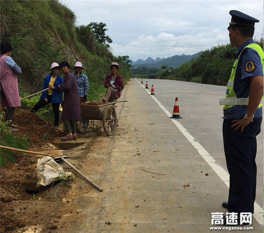 广西南宁高速公路管理处上林路政执法大队及时制止一起擅自开挖公路边坡取土案件