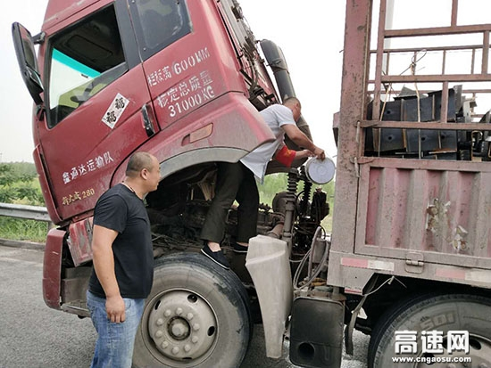 河北:沧廊(京沪)高速开发区收费站 热情似火 志愿者亲上阵 帮助司乘修车