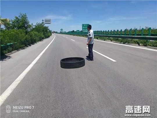 甘肃高速凤口主线收费站及时清除路面障碍物,确保高速公路行车安全