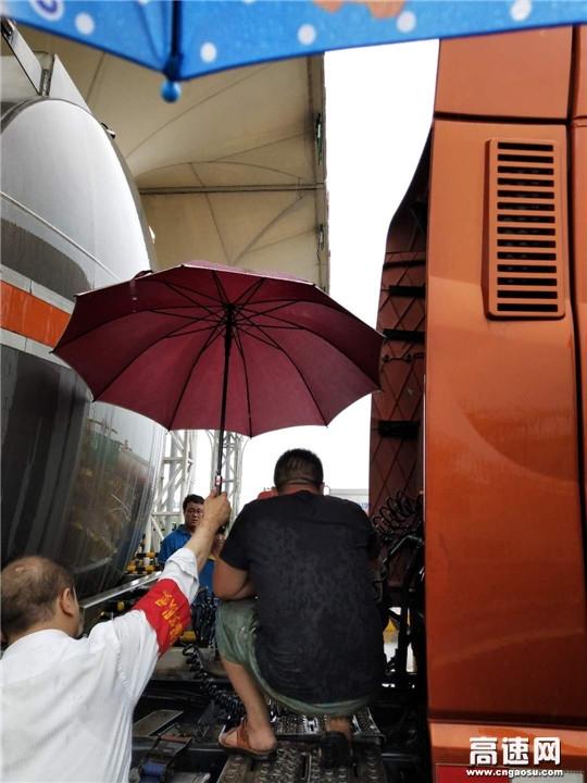 雨天助司乘 撑伞显温情