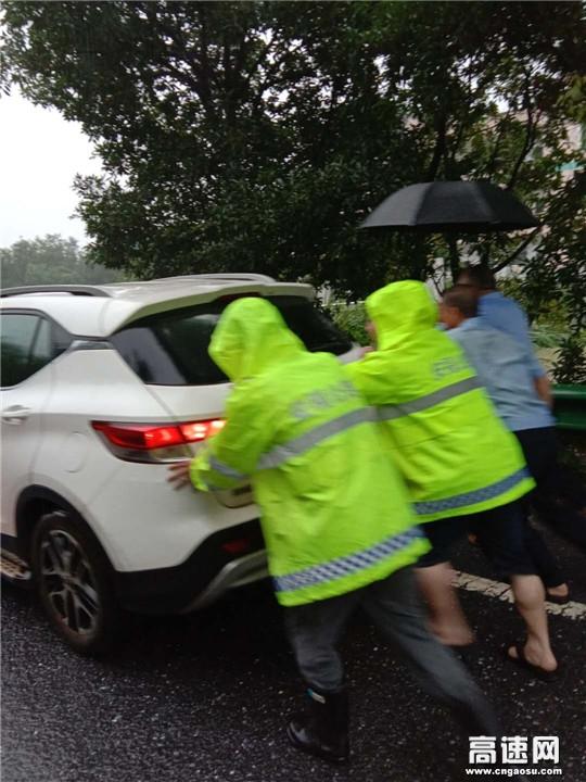 暴雨后发大水,一车被困路中央