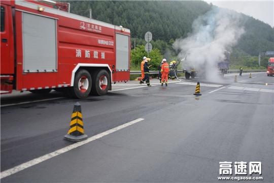 甘肃高速公路天水清障救援二大队迅速出动对自燃货车进行扑救