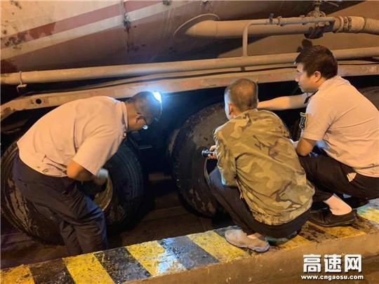 甘肃高速东岔匝道收费站热心帮助过路司乘人员