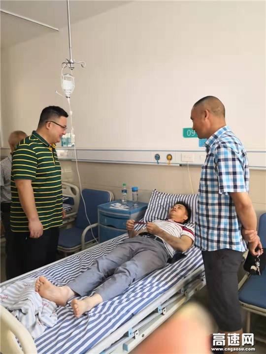 江西:遂川公路分局工会看望住院的一线养护工