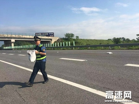 路遇障碍物遗落行车道 及时清理避免交通事故