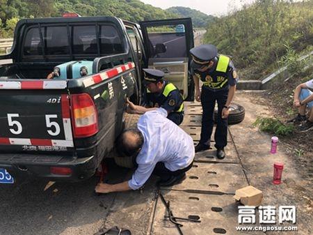 """广西玉林高速公路管理处浦北大队树立""""阳光路政""""形象,向司乘人员伸出援手"""
