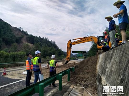 湖北高速路政汉十支队郧十大队快速处置边坡塌方保畅通