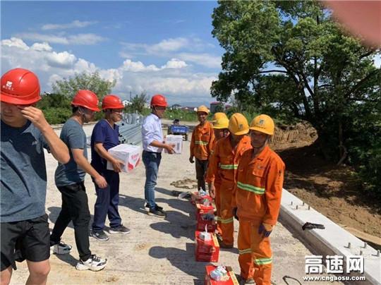 浙江衢州沿江公路PPP柯城项目部形式多样送清凉鼓舞士气振人心