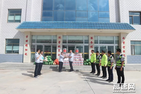 宁夏:为营盘水收费站一线员工,送清凉,暖职工心