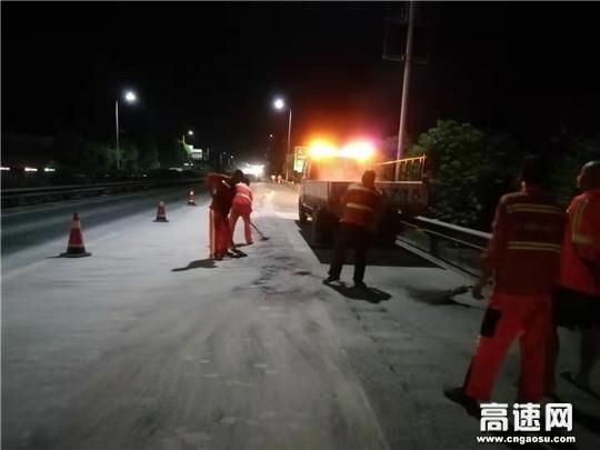 砂石挡道阻通行 养护人员连夜清除保畅通