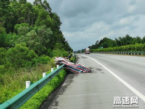 广西玉林高速公路管理处:博白大队积极做好台风后期工作,确保高速行车安全