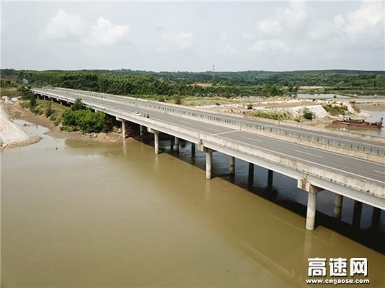 广西玉林高速公路管理处博白大队充分利用无人机操作技术对辖区内公路桥梁开展安全隐患排查