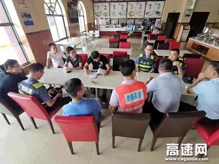 广西玉林高速公路管理处贵港二大队陪同玉林处检查组对桂平服务区开展检查工作