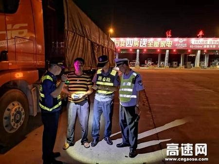 """广西玉林高速公路管理处贵港二大队积极联合""""路警企""""开展整治""""百吨王""""行动"""