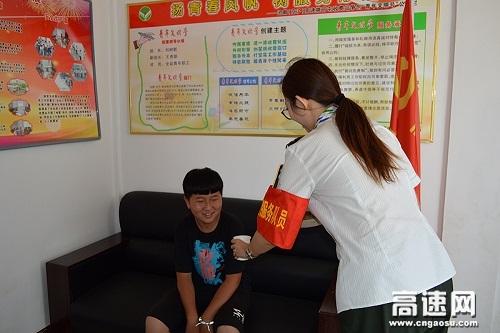 后勤志愿者 帮助晕车少年