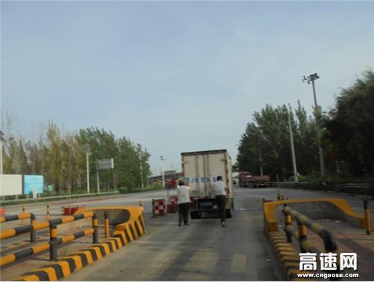 河北沧廊(京沪)高速姚官屯收费站志愿者热心帮助司机推车