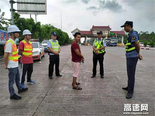 广西玉林高管处合浦路政执法大队会同辖区交警、运营公司整治路面小广告专项活动