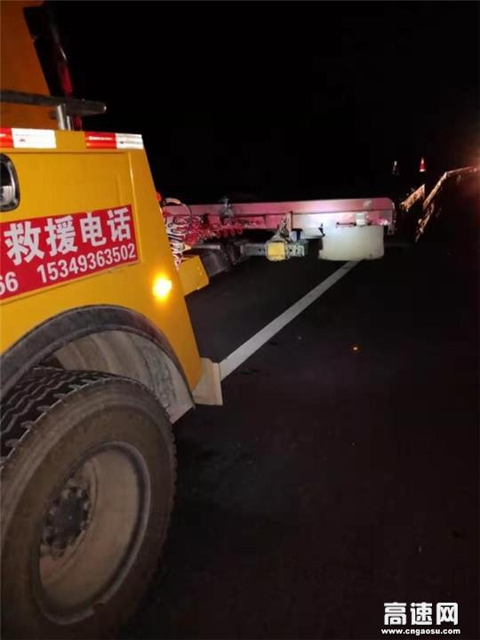 甘肃武威清障救援大队紧急处置一起货车冲出路基事故