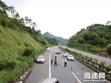 广西玉林高速岑溪路政执法大队辖区龙门架吊装大半已完成,取消高速公路省界收费站工作有序进行中