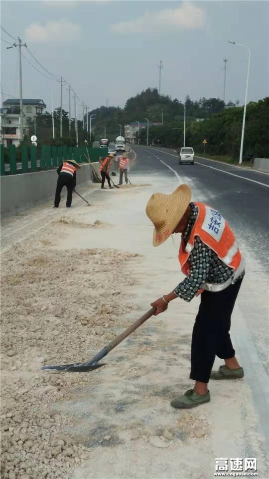 江西:遂川公路分局紧急处置路面抛洒保畅通