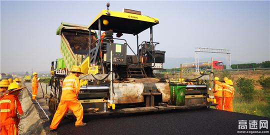 浙江衢州沿江公路柯城常山江段沥青混凝土面层施工正式拉开序幕