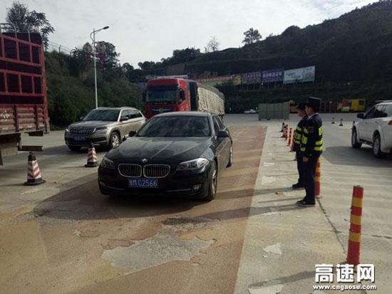 甘肃:庆城收费站风雨无阻奋战中秋保通保畅